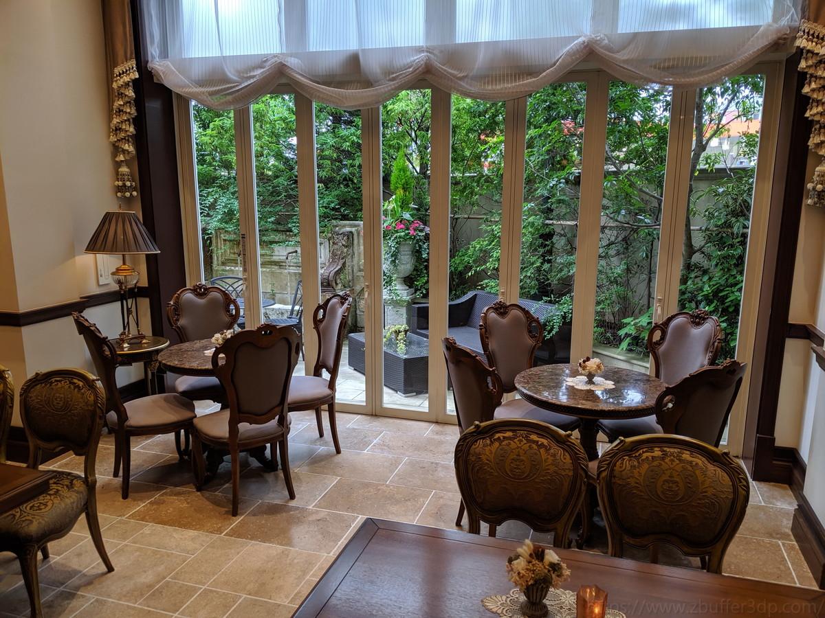 ゲストの待合室は小規模テーブルが多く、気兼ねなくゆったりできる