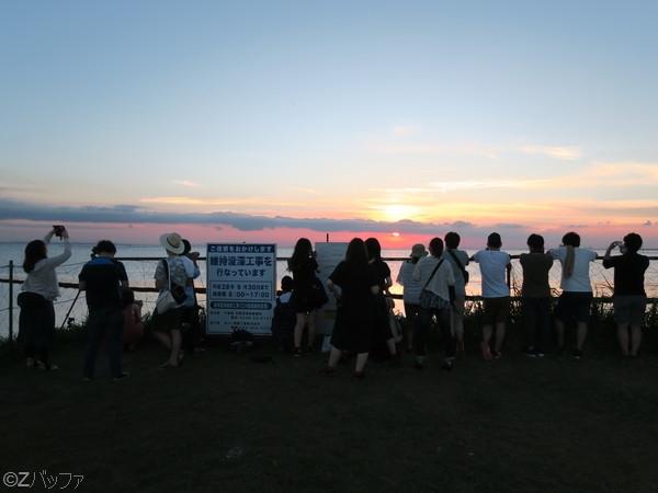 江川海岸は若い人で賑わう