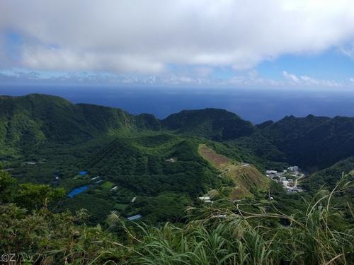 尾山展望公園から二重カルデラ内の丸山の眺め