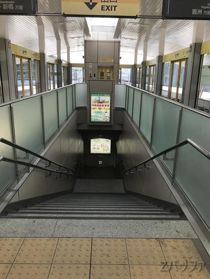 市場前駅ホームの階段