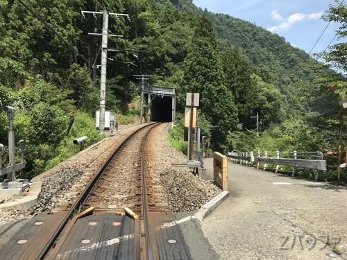 白丸駅前の踏切とトンネル