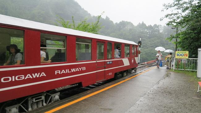 アプト式列車と奥大井湖上駅ホーム
