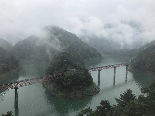 湖と奥大井湖上駅の景色