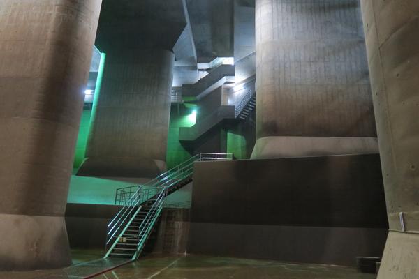地上から調圧水槽へと降りる階段