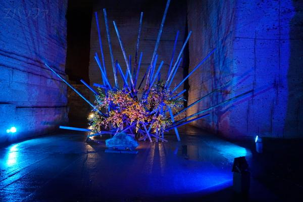 地下神殿でライトアップされたオブジェ