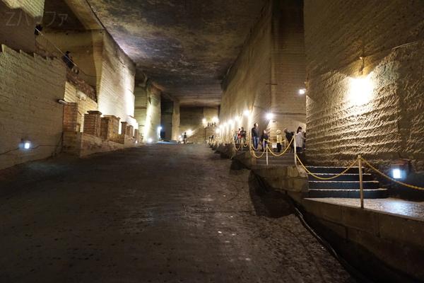 地下神殿の入口方面を眺めた景色