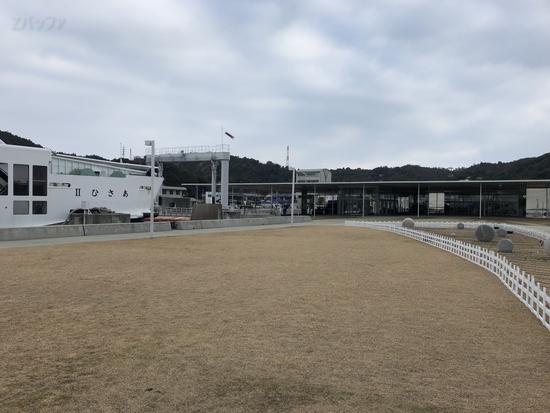 直島の宮浦港と海の駅「なおしま」