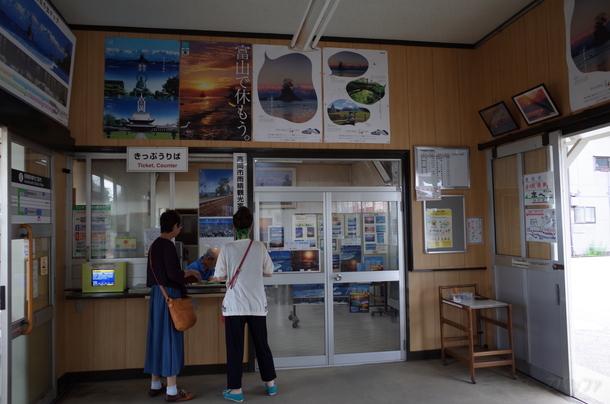 雨晴駅の内部と切符売り場