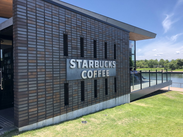 スターバックス富山環水公園店の入り口