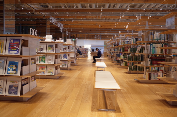 富山市ガラス美術館にある図書館
