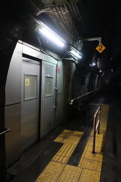 筒石駅ホームと待合室を隔てるドア