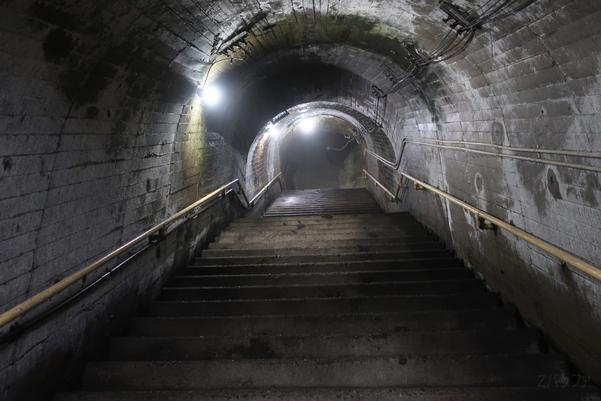 筒石駅待合室直後にある階段