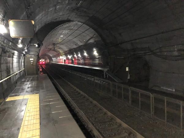 筒石駅でワンマン列車を見送る