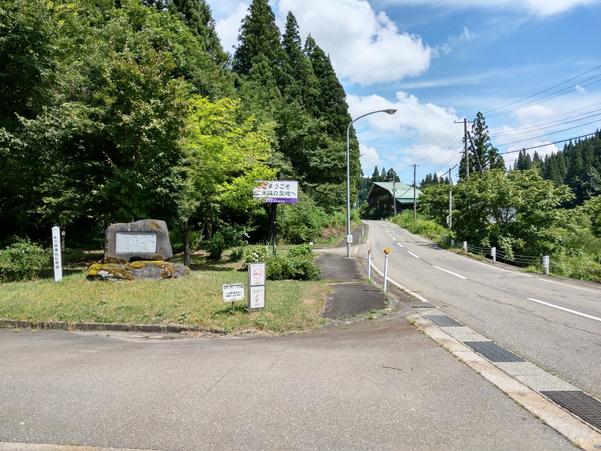 美佐島駅前の道路とロータリ