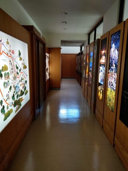 美佐島駅の駅舎内部には色んな地元関連の写真が飾られている