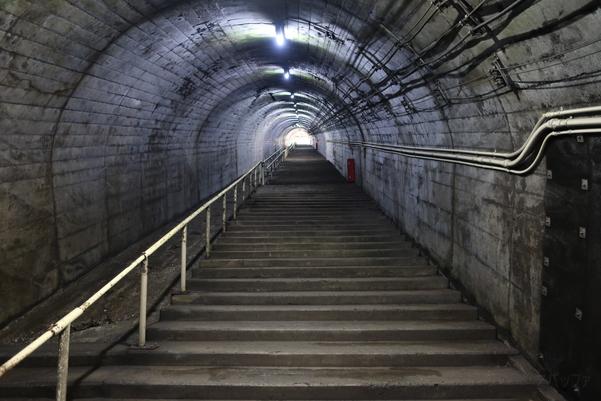 筒石駅の地上の駅舎へとつながる階段
