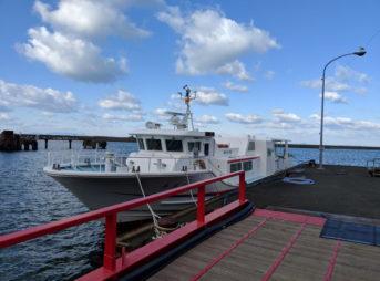 長浜港の桟橋と青島行きの船