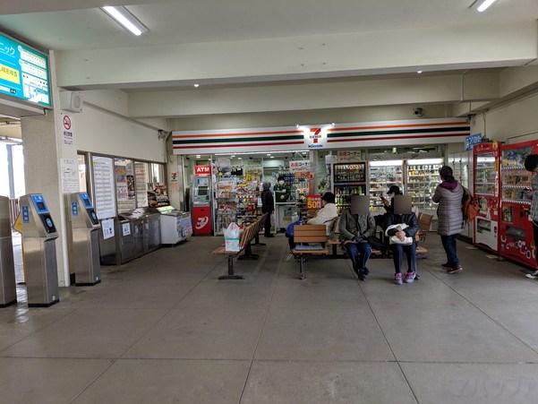竹原駅の待合室にはコンビニとATMがあります