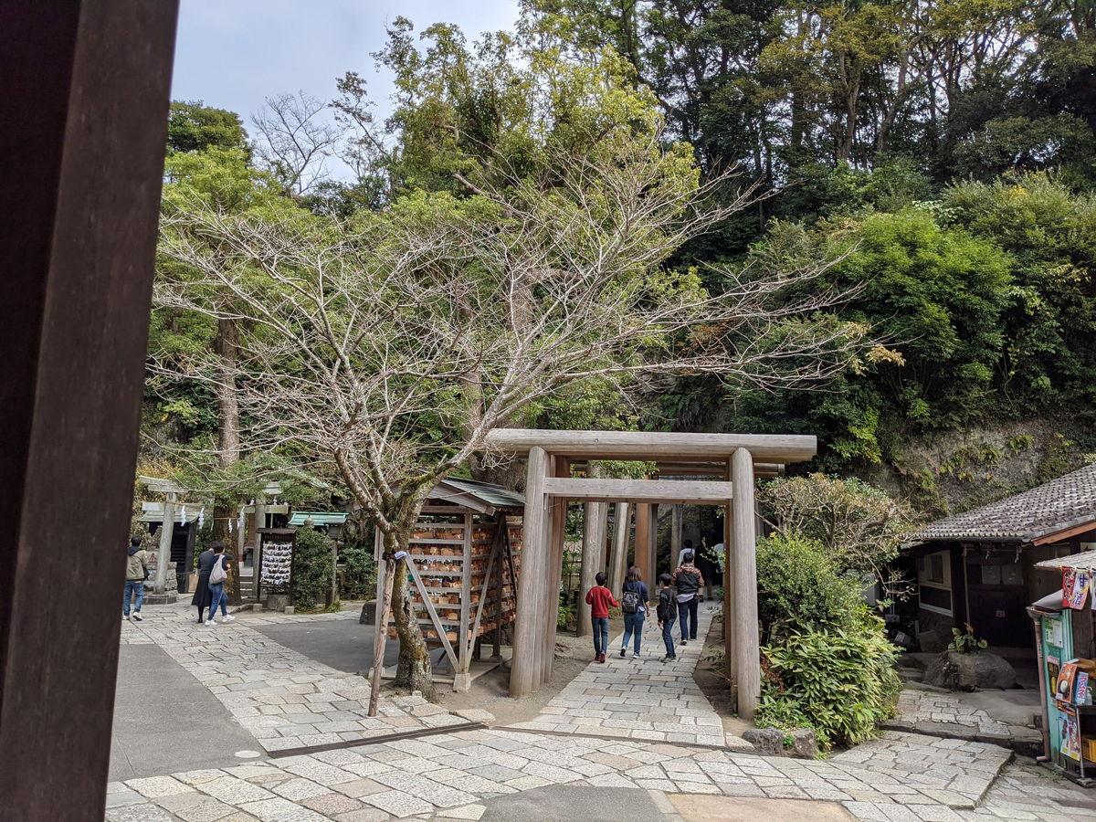銭洗弁財天宇賀福神社がある広場と売店など