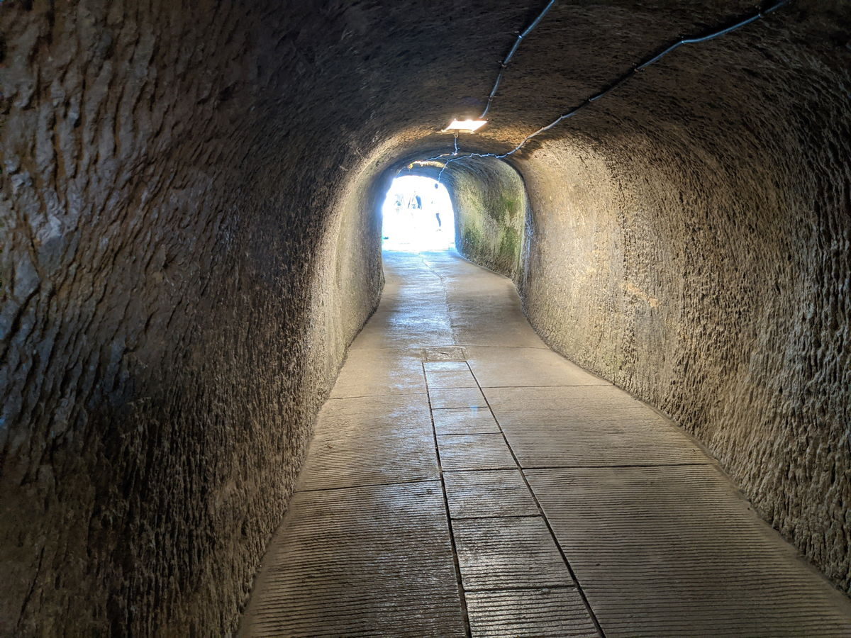 銭洗弁財天宇賀福神社へ行くトンネル