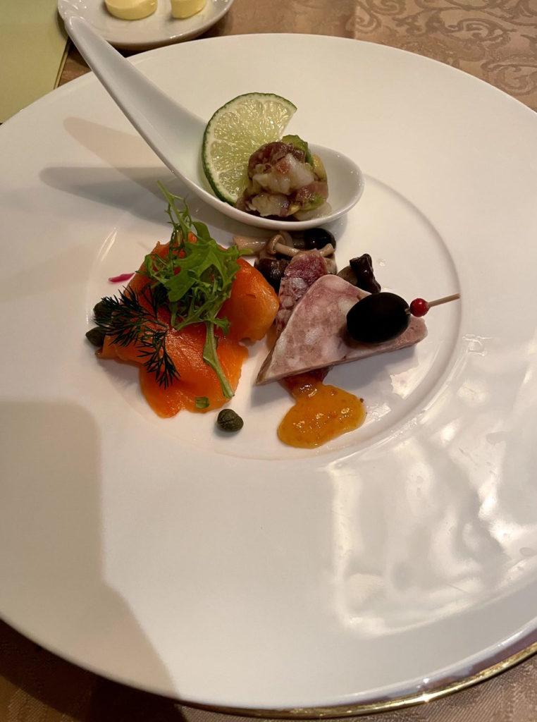 飛鳥Ⅱのディナーで頂いたサーモンと茸のマリネ