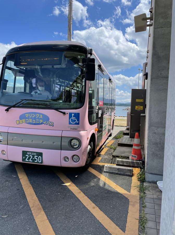 相島渡船待合所横に停まってるバス