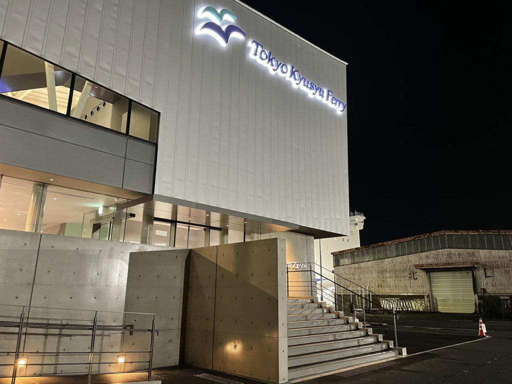 横須賀港にある東京九州フェリーターミナルに夜10時過ぎに到着