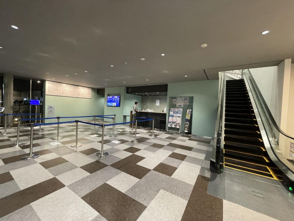 横須賀港の東京九州フェリーターミナル1階の窓口