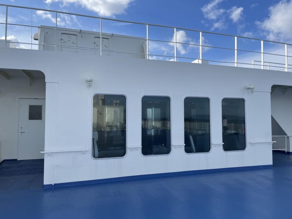 外の甲板上からスポーツルームを見た状態
