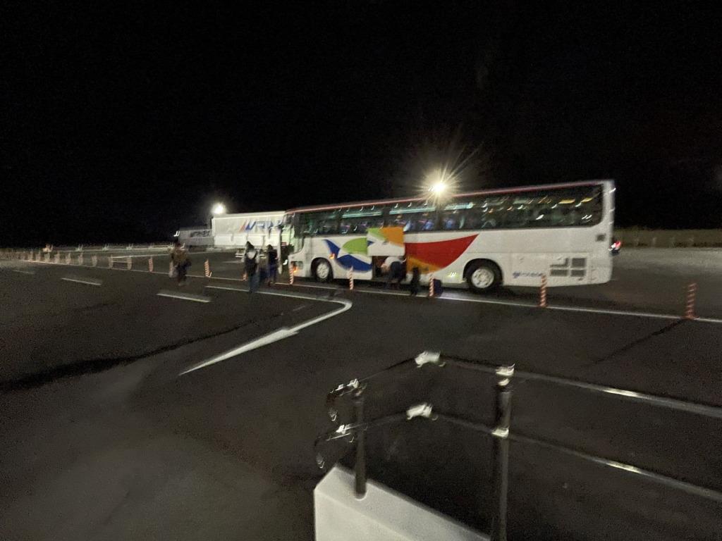 新門司港東京九州フェリーターミナル横に停まっている無料シャトルバスへ