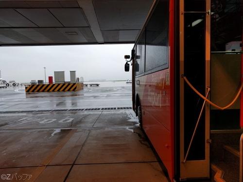 羽田空港出発ターミナルからバスで飛行機まで行く