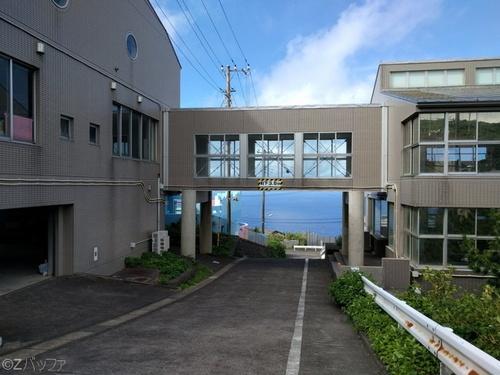 青ヶ島小中学校の校舎