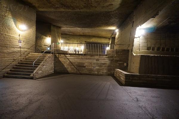 地下の巨大空間はまさに地下神殿のよう