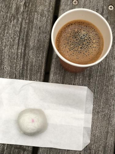 ホットコーヒーと不動まんじゅう