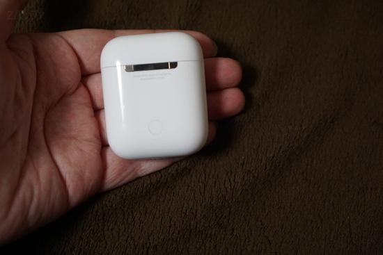 airpodsケースは手の指に収まるぐらい小さい