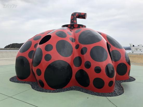 直島にある草間彌生さんの赤かぼちゃ
