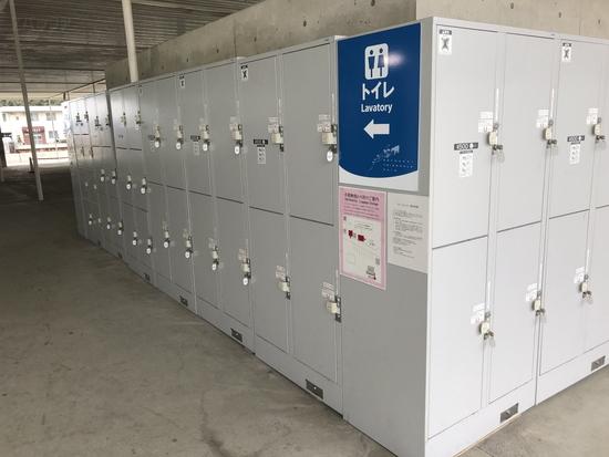 直島の宮浦港には多くのコインロッカーも用意されています