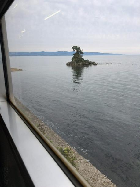 氷見線の車内から見える海の景色