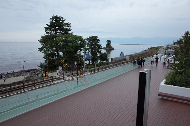 「道の駅 雨晴」の2階展望デッキと氷見線を含めた景色