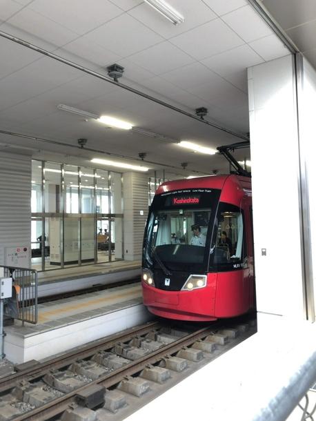 高岡駅から出発する路面電車