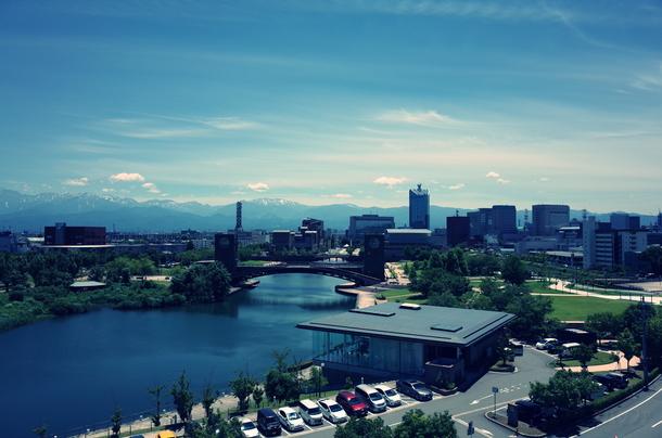 富山県立美術館の屋上から環水公園を見る