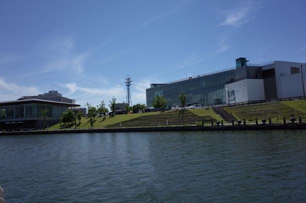 船上から見る富山県立美術館