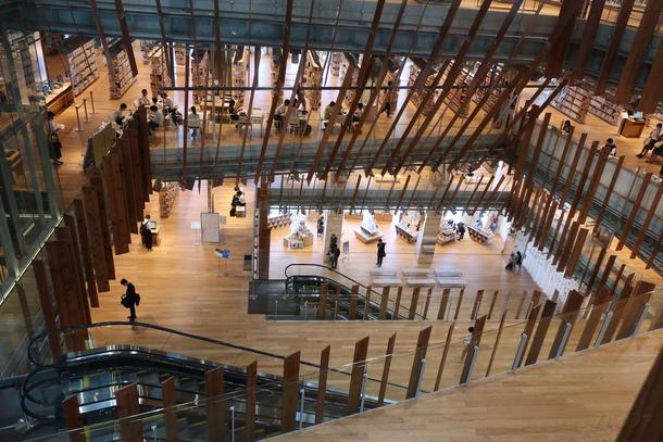 ガラス美術館内には図書館があり、高校生の利用が多い