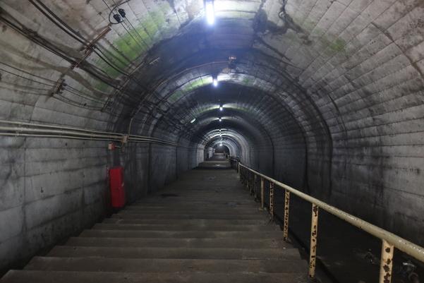筒石駅の非常に長い階段
