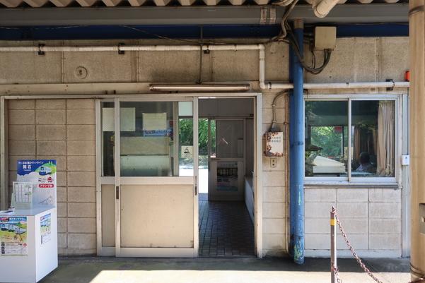 ホーム側から見た筒石駅の駅舎入口