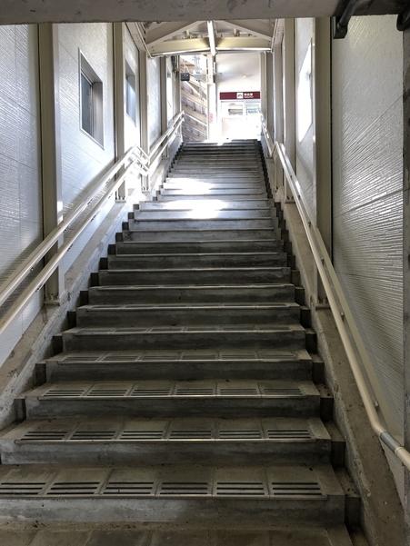 くびき駅のホームへと繋がる階段