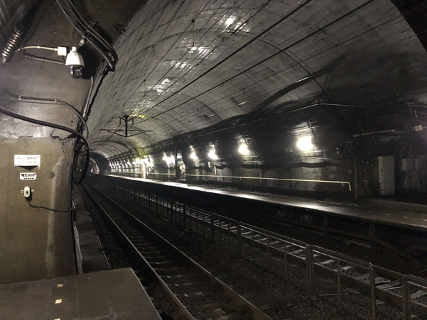 iPhone 8のカメラで撮影した地下トンネル駅
