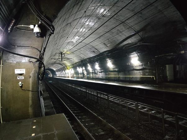 U12+のカメラで撮影した地下トンネル駅