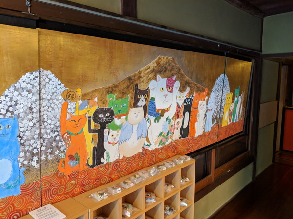 襖に描かれた猫のアート作品