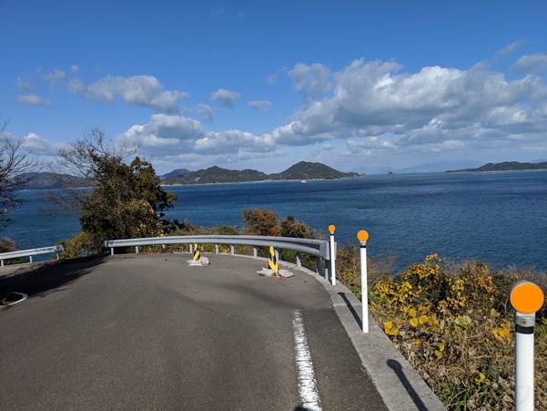 島の道路は基本的に海沿いなので、瀬戸内海の島々がよく見えます